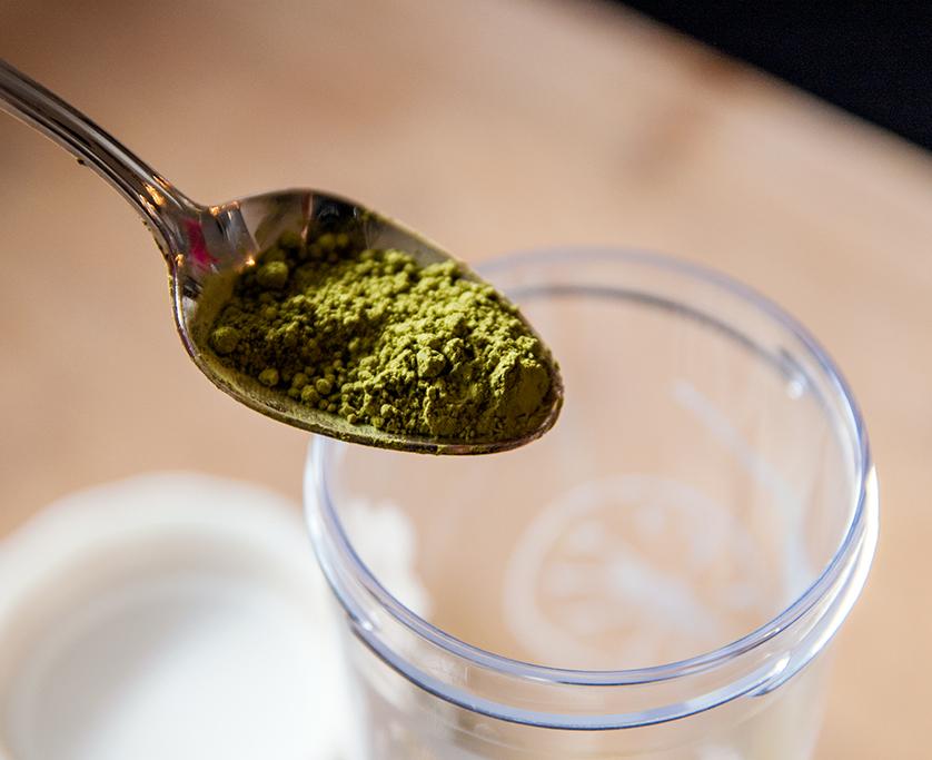 Zubereitung von Matcha Tee 2 - einen halben Löffel Matcha in den Behälter geben