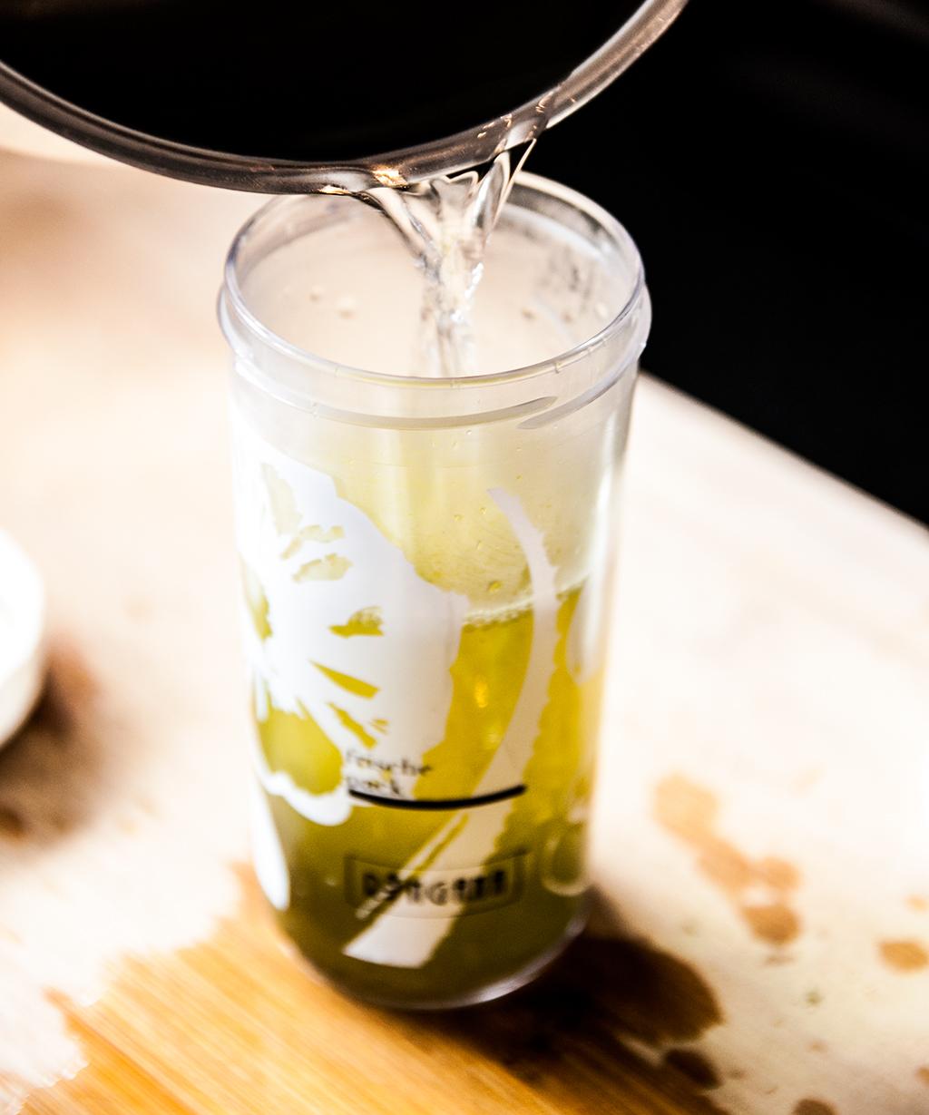 Zubereitung von Matcha Tee 5 - mit heissem Wasser aufgießen